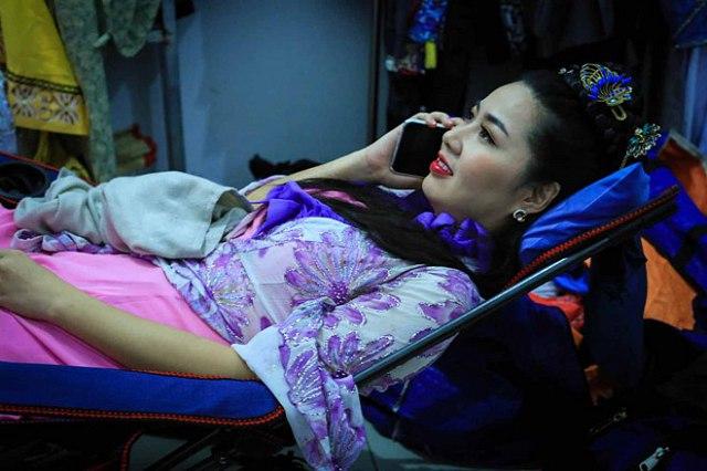 Diễn Viên Lê Khánh nằm nghỉ trên ghế xếp nằm vải lưới màu xanh dương