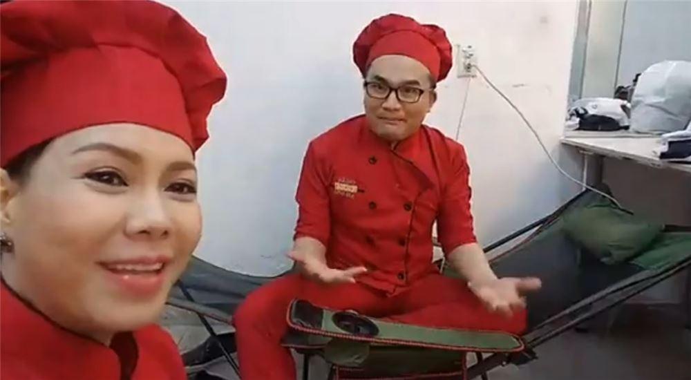Nghệ Sĩ Việt Hương đang giới thiệu ghế xếp nằm lưới xanh của MC Đại Nghĩa