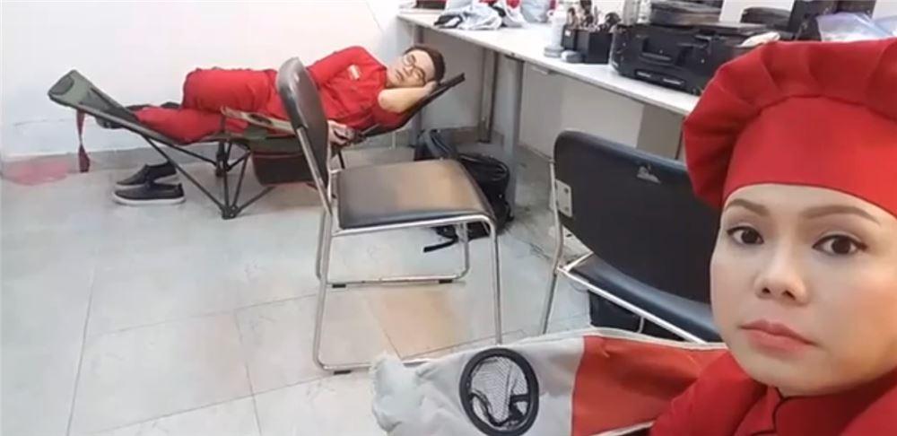 """Việt Hương, Đại Nghĩa trang bị cho mình ghế xếp để nghỉ ngơi sau hậu trường chương trình """"Chuẩn cơm mẹ nấu"""""""